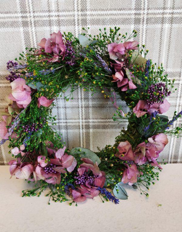 Věneček stabilizovaný mech. korpus s květinami do fialkové barvy 25 cm scaled